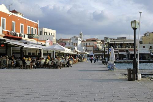Die Hafenpromenade von Chania mit Bars und Tavernen auf Kreta