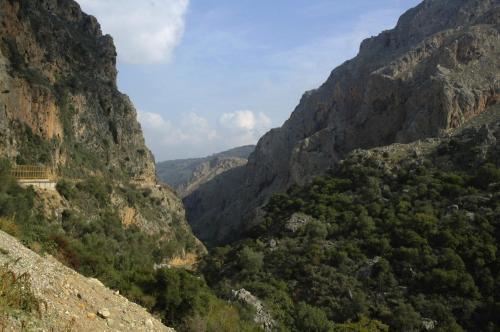 Straßenverlauf in gebiergiger Landschaft zur Elafanisi Beach auf Kreta