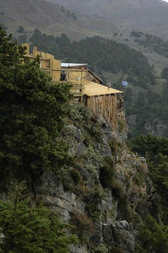 Bauwerke in exponierter Lage einer Gebirgslandschaft in Zentralkreta