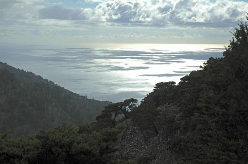 Gebirgslandschaft in Zentralkreta im Hintergrund das Meer