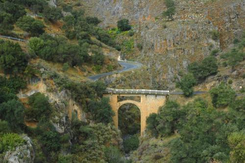 Imposanter Straßenverlauf in einer schluchtartigen Gebirgslandschaft Nähe der Südküste Kretas
