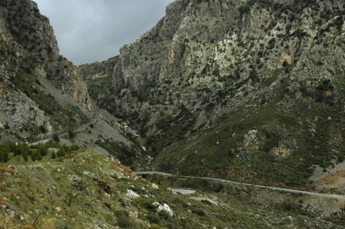 Imposanter Straßenverlauf in einer schluchtartigen Gebirgslandschaft Kretas