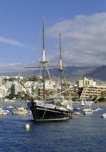 Segelschiff im Hafen von Los Christianos auf Teneriffa