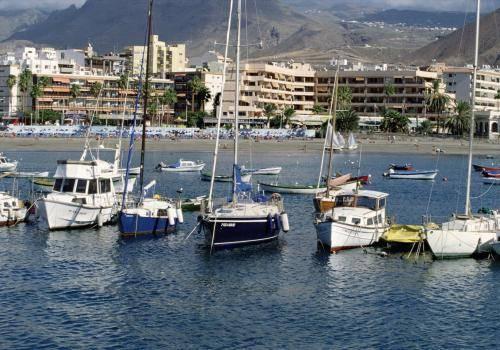 Schiffe im Hafen von Los Christianos auf Teneriffa