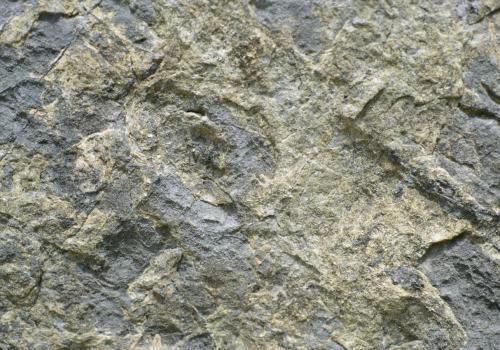 Felswand mit verschiedenen Gesteinsschichten