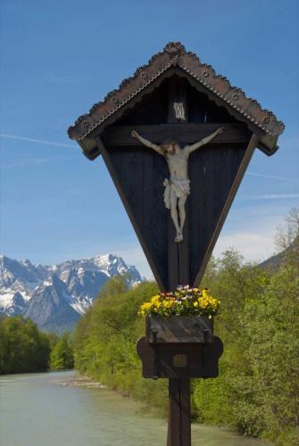 Wegkreuz auf der Brücke über die Loisach bei Oberau, Oberbayern