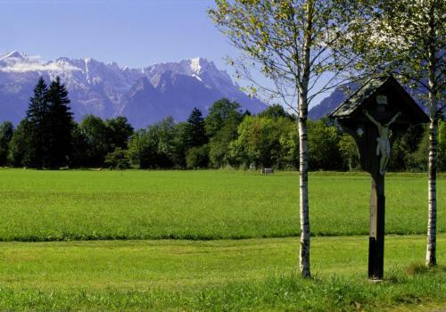Landschaft bei Oberau mit Marterl im Vordergrund, Alpspitze und Zugspitze im Hintergrund,