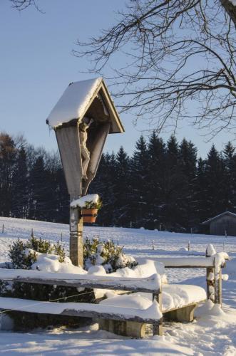 Wegkreuz bei Aidling Nähe Riegsee im Winter; Bayern
