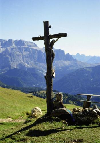 Christus Holzkreuz auf dem Col Raiser bei St. Ulrich im Grödnertal,
