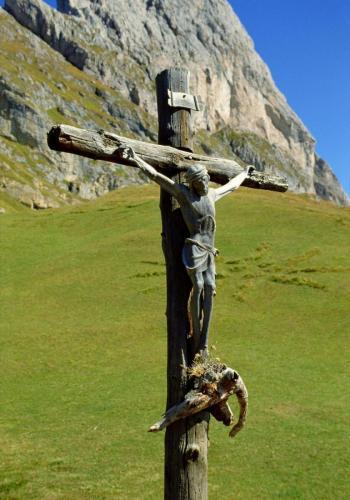 Jesus Christus Holzkreuz bei der Tiroler Alm auf dem Col Raiser bei St. Ulrich im Grödnertal,