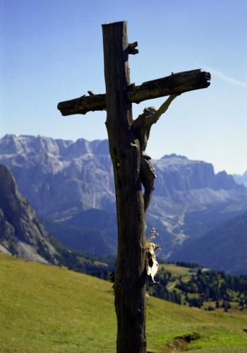 Jesus Christus Holzkreuz auf dem Col Raiser bei St. Ulrich im Grödnertal,