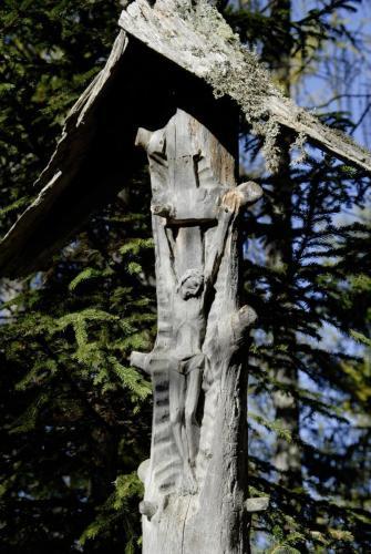 Am Anstieg zum Heiligen KreuzKofel, eine Herrgottschnitzerei an einem alten Baumstamm, Italien