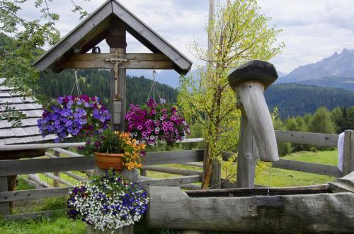Wegkreuz an der Klammbachhütte Nähe Sexten unter dem Karnischen Höhenweg, Italien