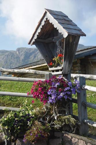 Wegkreuz in Südtirol auf der Seiser Alm im Schlerngebiet, Italien