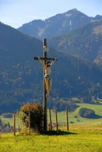 Wegkreuz am Altherrenweg Richtung Romanshöhe bei Oberammergau, Bayern