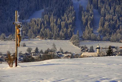 Christuskreuz an einem Wintermorgen im Ammertal bei Unterammergau, Oberbayern