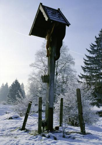 Wegkreuz im Winter bei Benediktbeuren
