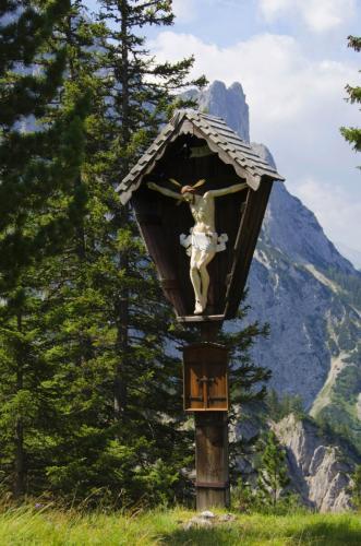 Wegkreuz bei der Hochlandhütte im Karwendel unterm Wörner, Bayern