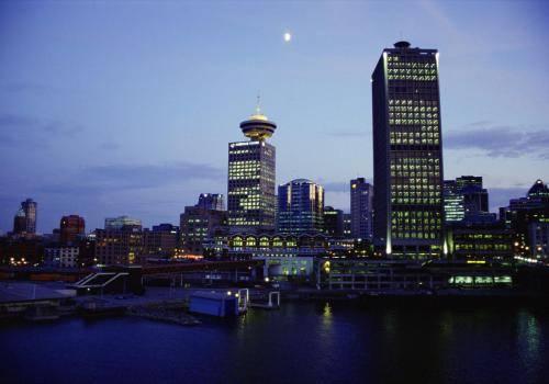 Skyline von Vancouver im Abendlicht
