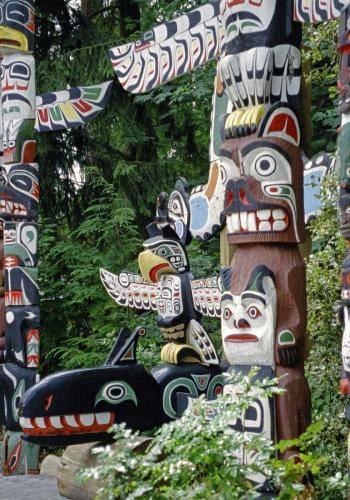Indianische Totempfähle und Schnitzkunst im Capilano Park