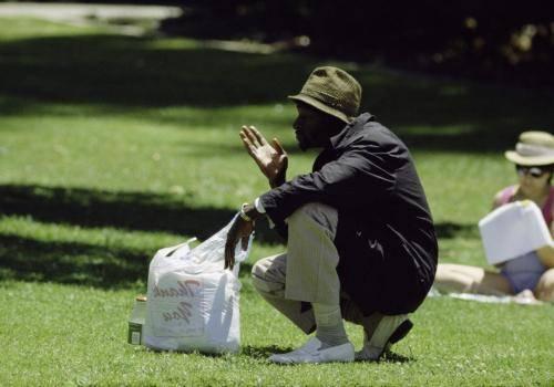 Philosophierender Mann im Park