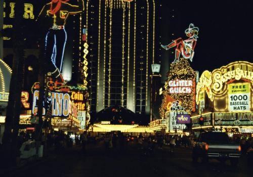 Leuchtreklamen in Las Vegas bei Nacht, Nevada, USA