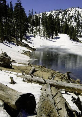 Bergsee im Frühjahr in der Sierra Nevada