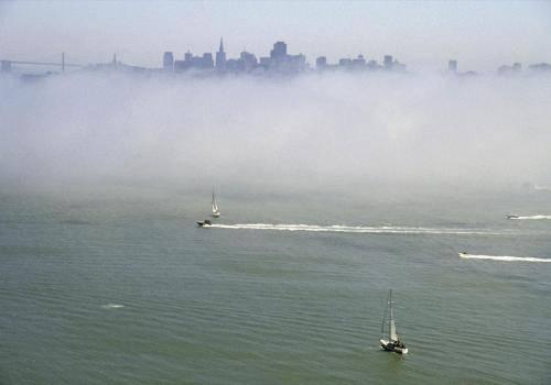 Blick von der Golden Gate Brücke auf San Francisco im Nebel