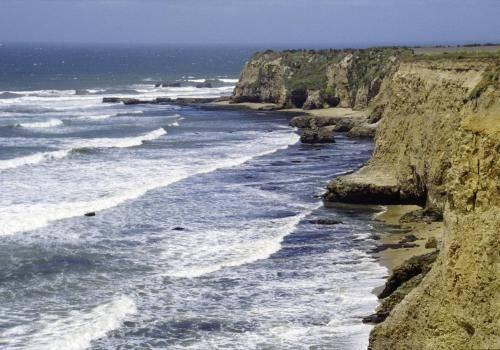 Felsküste am pazifischen Ozean bei San Francisco mit Brandung