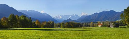 Blick auf das Wettersteingebirge mit Alpspitze und Zugspitze, Weichs in der Nähe von Ohlstadt, Oberbayern, Herbststimmung