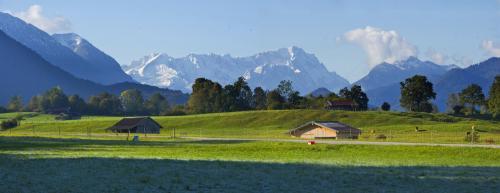 Ohlstadt im Oktober in Oberbayern, im Hintergrund das Wettersteingebirge