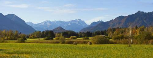 Das Werdenfelserland im Hintergrund das Wettersteingebirge