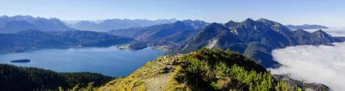 Panorama mit Blick vom Jochberg zum Walchensee undin die Zentralalpen
