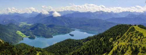 Blick vom Herzogstand in die südöstlichen Gebirgsregionen zum Walchensee und in die Jachenau