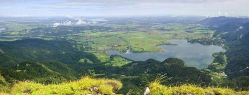 Blick vom Herzogstand zum Kochelsee und weit in das bayerische Oberland