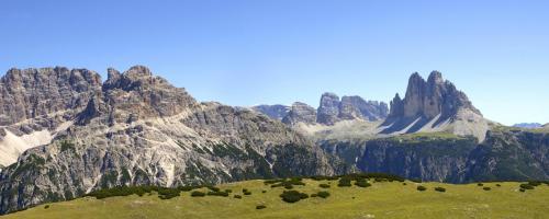 Blick vom Strudelkopf zu den Drei Zinnen und weiter in die Dolomiten