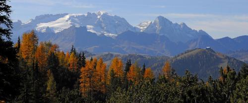 Panoramablick von der Kreuzkofelgruppe zur Marmolada