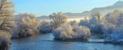 Die Loisach bei Großweil im Winter