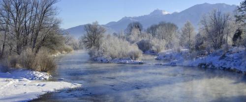 Die Loisach, eine Flusslandschaft bei Großweil im Winter, Bayern