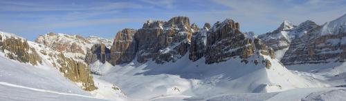 """Mit ihren 8,5 Pistenkilometern inmitten einer zauberhaften Landschft ist die """"Armentarola""""  eine der schönsten Piste der Dolomiten.Eine Seilbahn fährt in nur drei Minuten vom Falzarego Pass bis zur Rifugio Lagazuo auf 2.800 m Höhe."""