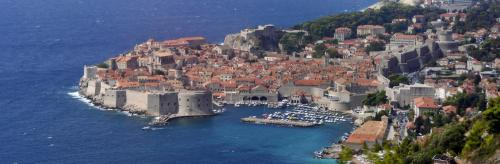 Dubrovnik liegt im Süden Kroatiens am Mittelmeer.Die Altstadt ist vollständig von einer massiven, im 16. Jh. fertiggestellten Steinmauer umgeben.