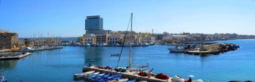 Hafenanlage in Gallipoli, eine Küstenstadt in der süditalienischen Region Apulien.