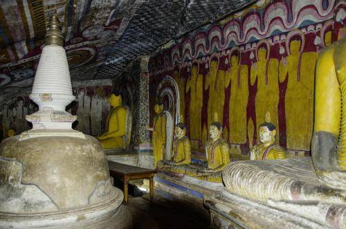 Malereien und Statuen beschreiben das Leben Buddhas, Sri Lanka