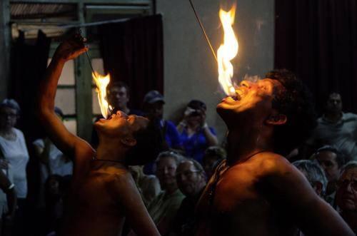 Artistischen Tänze mit Feuerschluck Vorführung