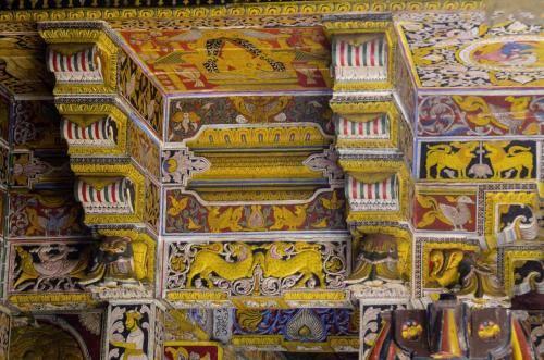 Prächtige Balken und Deckenschnitzereien im Zahntempel von Kandy, Sri Lanka
