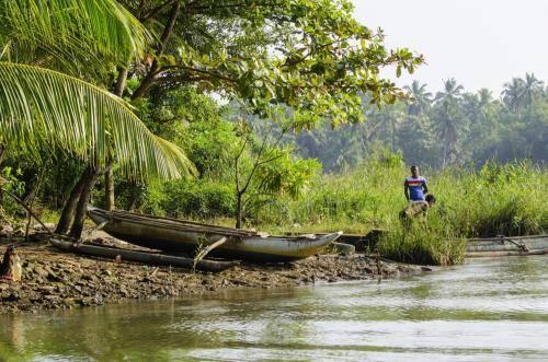 Flußuferbewohner am Maha Oma Fluss in Sri Lanka