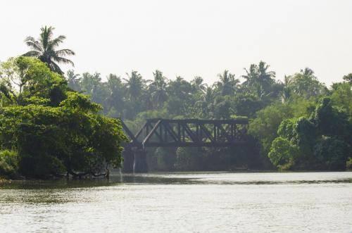 Eisenbahnbrücke über den Maha Oma Fluss in Sri Lanka