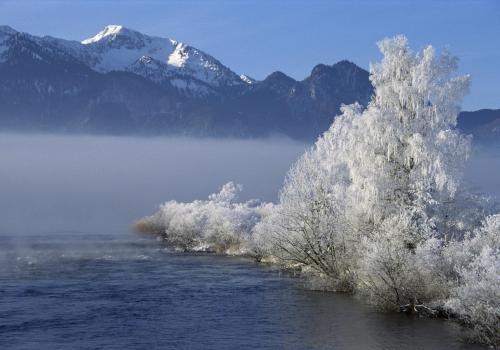 Winterlandschaft am Kochelsee mit Raureif an den Bäumen am Abfluss der Loisach