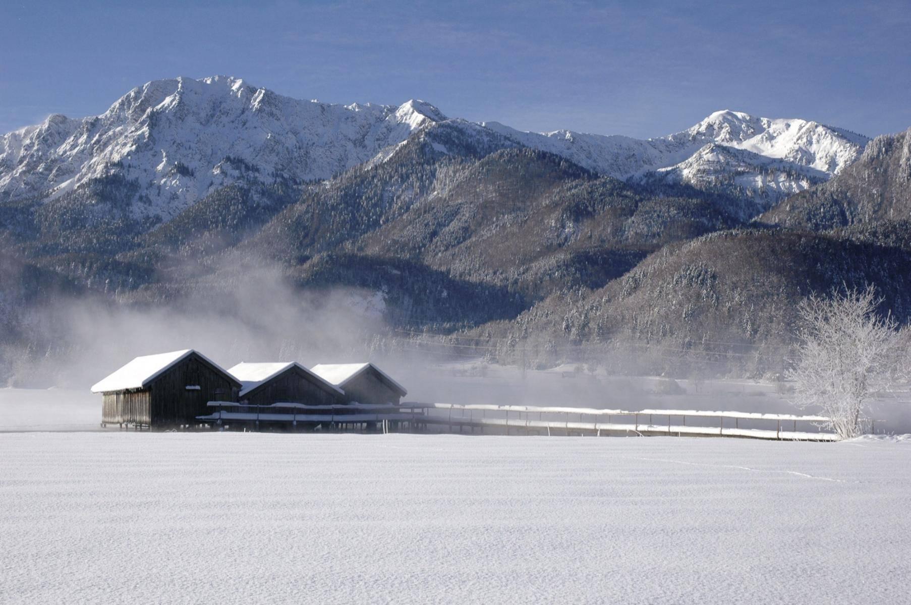 Verschneite Winterlandschaft am Kochelsee