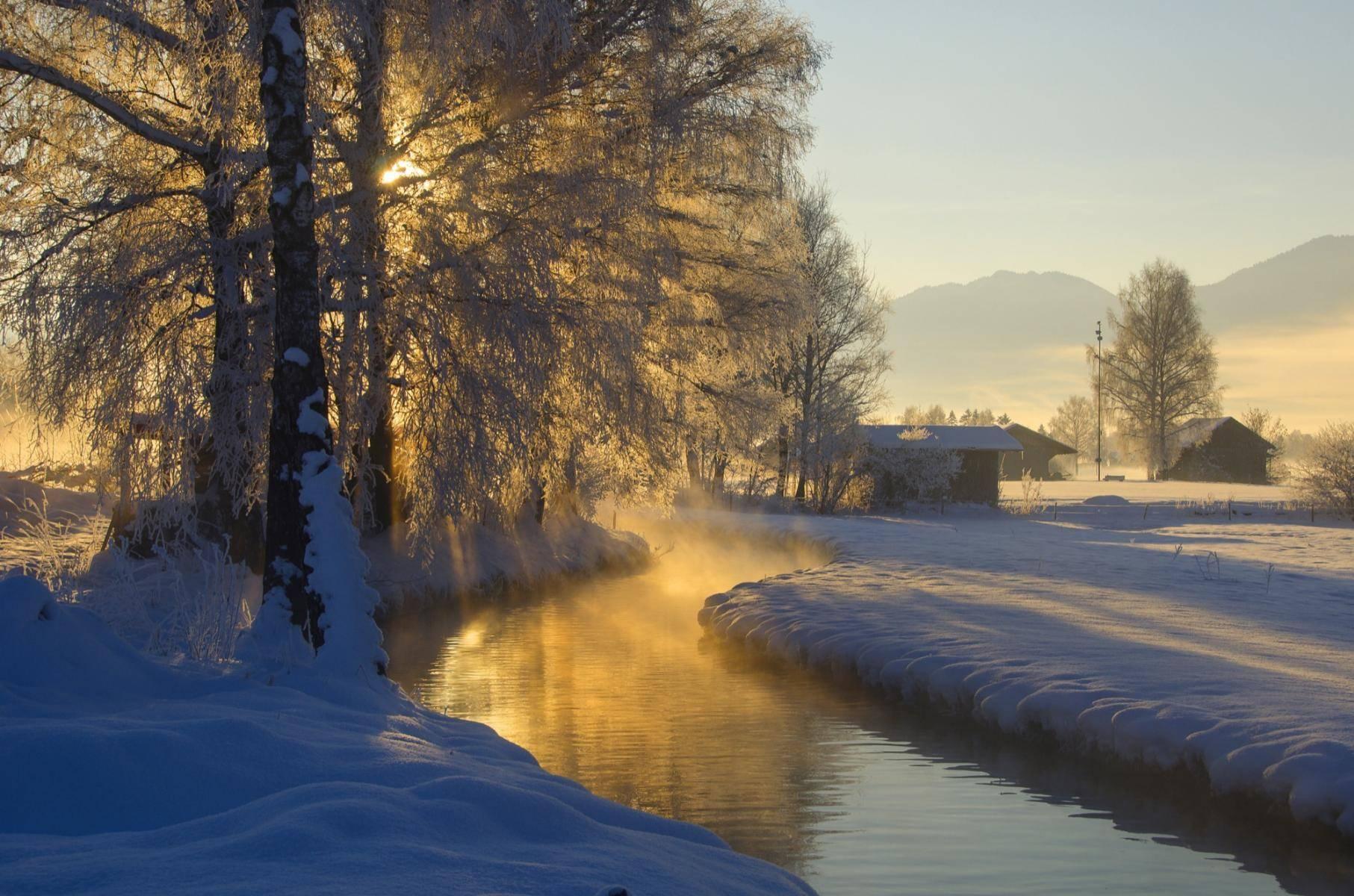 Verschneiter Bachlauf im Winter